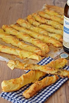 Käsestangen sind das perfekte Fingerfood. Egal ob für die Silvesterfeier oder den nächsten Fernsehabend. Schnell gemacht und sehr lecker Pizza Snacks, Snacks Für Party, Food To Go, Food And Drink, Appetizer Recipes, Snack Recipes, Easy Halloween Snacks, Salty Foods, Party Finger Foods