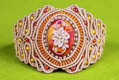 un bracelet deux tons avec des perles dans le macramé d'art