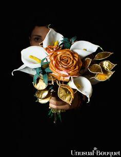 """Ed ecco una realizzazione di un bouquet sposa posy, con una palette colore pensata al mese di dicembre. Spesso quando pensiamo a questa mensilità, ci vengono subito in mente colori come il rosso e il bianco, ma per questo bouquet ho deciso di uscire dagli schemi. Dirai: """"Nulla di nuovo!"""" ma sai che amo proporti visioni diverse rispetto a quelle standard, per poterti regale nuove prospettive. Per cui andiamo a vedere insieme questa mia nuova creazione. #matrimonio #sposa #bouquetsposa Andiamo, Palette, Pallets"""