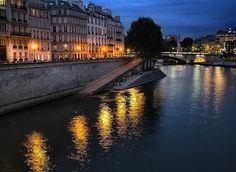 At night on the Seines - parisbeautiful: Sena nocturno by Jurobra on Flickr.