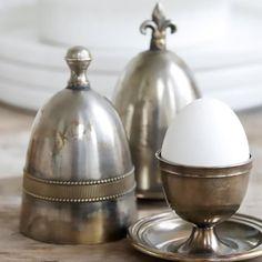 Underbar gammaldags äggkopp med värmehätta i serien Downton.  http://www.dukat.se/product/franska-liljan---aggkopp-med-varmeomslag
