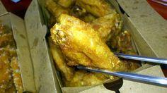 아들내미가 치킨 사달래서 비싼놈으로 배달시켜 줬더만...날개죽지 하나 뜯더니 '배불러요' 불쌍한 부부는 오늘도 체중조절 실패! ㅜㅠ