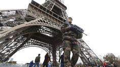 Un soldado custodia la Torre Eiffel, cerrada al público hasta nuevo aviso