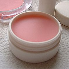 "DIY Mega Moisturizing Lip Balm Recipe- the ""secret"" ingredient in this makes SUC.DIY Mega Moisturizing Lip Balm Recipe- the ""secret"" ingredient in this makes SUCH a difference. I've tried homemade lip balms before, but never like this! Diy Beauté, Diy Spa, Easy Diy, Homemade Lip Balm, Diy Lip Balm, Homemade Toothpaste, Homemade Soaps, Organic Homemade, Belleza Diy"