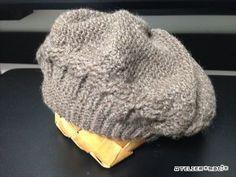 お待たせしました!今シーズン初の冬物の編み図…自分用に編んだなわ編みのベレー帽です。頭回りに1列だけなわ編み風の模様編みを入れてみました。それ以外は、細編み・中長編み・長編みと、基本の編み方だけで編めるので、比較的簡単だ Chrochet, Knit Crochet, Crochet Hats, Hair Styles 2016, Knitted Hats, Diy And Crafts, Crochet Patterns, Winter Hats, Wool