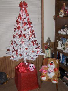 Valentine Tree, Valentines Day, Christmas Tree Decorations, Christmas Trees, Gnudi Recipe, Holiday Ideas, Holiday Decor, Green Trees, My Living Room
