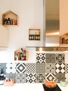 Le top, la crédence de cuisine en carreaux de ciment, ponctué par les petites étagères en bois, pour stocker les condiments, que l'on garde ainsi toujours à portée de main