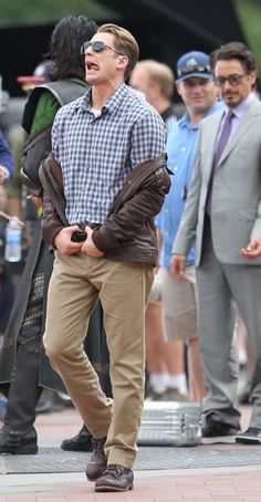 I'd like to point out that Robert Downey Jr. Is definetly checkin out his ass..