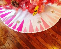 My DIY no sew felt tree skirt! Modern Christmas Tree Skirts, Diy Christmas Tree Skirt, Retro Christmas Tree, Felt Christmas, Xmas Tree, Christmas Holidays, Christmas Crafts, Christmas Decorations, Crochet Christmas