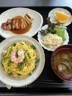 6月12日。五目チラシ、鶏肉の照り焼き、ポテトサラダ、えのきとオクラのすまし汁、オレンジです♪