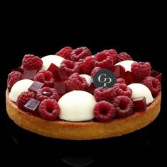 Mascarpone cream and raspberry tart Fancy Desserts, Gourmet Desserts, Just Desserts, Delicious Desserts, Dessert Recipes, Plated Desserts, Sweet Pastries, French Pastries, Italian Pastries