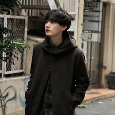 シンガーソングライターの向井太一さん。コートは UNIQLO