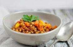 Letzten Sommer war ich für drei Wochen in Indien und ich hab mich nicht nur in das Land, sondern auch in die Küche verliebt. Nirgendwo hat mir das Essen so gut geschmeckt wie in Indien und nirgendwo auf der Welt habe ich es so gut vertragen. Nun habe ich eine für mich gesunde und schnelle Variante des Linsen Dal mit regionalen Produkten aus Österreich entwickelt. Und ich weiß, Selbstlob stinkt, aber das hier schmeckt echt genial gut! Paleo, Chana Masala, Cooking, Ethnic Recipes, Food, Chili Con Carne, Healthy Meals, Lenses, In Love