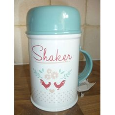 We love this brand new retro enamelware range from Gisela Graham! Perfect for those baking days, this enamelware flour shaker will add a touch of style to your country kitchen! Duck egg blue lid, white tin body, and detailed red chickens. Co-ordinating items available. Measures: 7 x 12.5cms high.