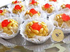 Mchewek aux pignons de pin, gâteaux algériens à base de pâte d'amande enrobés de pignons pin et décorés avec des fruits confits (cerise confite) - Evasion Culinaire