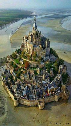 L' isola di Mont Saint-Michel vista dall'alto! Normandia, in Francia. Mont Saint Michel France, Le Mont St Michel, Beautiful Castles, Beautiful World, Beautiful Places, Amazing Places, Amazing Photos, Beautiful Pictures, Best Vacation Destinations