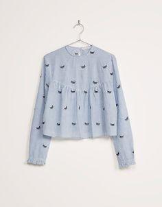 Blusa rayas y pestañas bordadas. Descubre ésta y muchas otras prendas en Bershka…