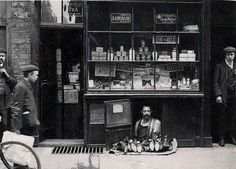The smallest shop in London from the 1900s. | 18 WTF Photos From Britain's Past