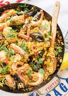 Naar een recept van Jeroen Meus. Hoofdgerecht voor 4 personen: 1,5 liter kippenbouillon 2 grote uien 2 tenen look 3 rode paprika's 150 g chorizo (een ...