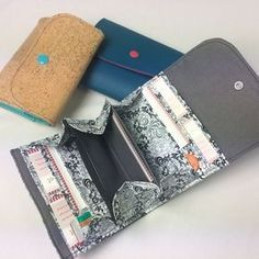 Fabric Crafts Free pattern for this wallet / wallet. Bag Patterns To Sew, Sewing Patterns Free, Free Sewing, Free Pattern, Pattern Sewing, Sew Wallet, Purse Wallet, Diy Sewing Projects, Sewing Tutorials