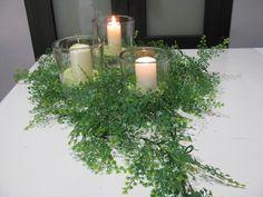Decoración muy refrescante a base de jarrones de cristal con velas y hojas… www.velasroura.com