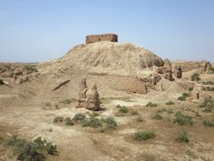 A ziggurat dedicated to the wind god Enlil rises above the ancient Sumerian city of Nippur, 36 km east of Diwaniyah, Iraq. The palace on top of the ziggurat is a more recent Parthian addition.