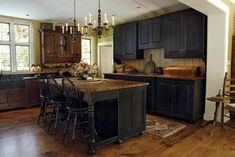 primitive kitchen table and chairs Primitive Homes, Primitive Kitchen Cabinets, Home Kitchens, Home, Kitchen Design, Kitchen Remodel, Kitchen Renovation, Primitive Kitchen, Country Kitchen