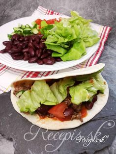 Ako mladá žaba som jedno leto pracovala vo veľko-kuchyni. Moja šéfka bola pôvodom z Mexika a pripravovala skvelé tacos. Základom každého správneho mexického tacosu je salsa omáčka (najlepšie pikantná), hovädzie mleté mäso, fazuľky a čerstvý šalát. Odvtedy si pri príprave tohto jedla vždy naňu spomeniem. Výborná zdravá rýchla večera, ktorú obľubuje celá moja rodina. Potrebujete: Tacos/Tortily (2 ks na osobu)1 konzerva fazuliek (kidney)Salsa omáčka250g hovädzieho mletého mäsaŠalát2 rajčiny1 Taco Wraps, Sandwiches, Tacos, Mexican, Ethnic Recipes, Food, Essen, Meals, Paninis
