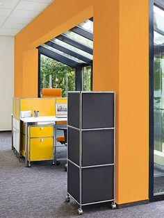 У модуля SAM внутри за перфорированными панелями находятся запатентованная хай-тек интерьерная пена. Акустический модуль SAM особенно эффективен на объектах с обилием стекла, дерева, кафельных полов, где мало мебели. Модуль легко адаптируется в современном, классическом и ретро пространстве.  Модуль построен из 3-х кубиков - 3 SYSTEM4 белого или черного цвета, высота - 1250 мм., а вес всего 20 кг.
