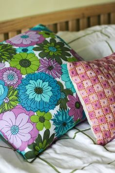 Pink Friday - Love the colors! Friday Love, Homekeeping, Cushions, Pillows, Boutiques, Textile Art, Woven Fabric, House Ideas, Textiles