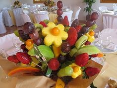 Ramo de frutas Funny Food, Food Humor, Chocolate Bouquet, Fruit Arrangements, Fruit Salad, Party Time, Birthday Ideas, Carving, Fancy