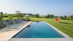 Le débordement par l'esprit piscine – 12,2 x 4 m. Fond en en tronc pyramide de 1,20 à 1,75 m. Escalier d'angle avec banquette. Photo Sarah Chambon
