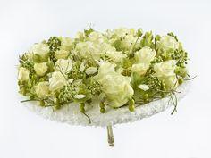 """Glory - ein exklusiver, flach designter Brautstrauß für eine extravagante Braut mit Avalanche-Rosen. Die Verwendung dieses Bildes ist für redaktionelle Zwecke honorarfrei. Veröffentlichung bitte unter Quellenangabe: """"Fachverband Deutscher Floristen e.V./ Blumenbüro"""