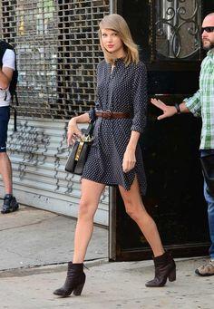 tendances-mode-printemps-2015-taylor-swift-robe-chemise-bleu-foncé-pois
