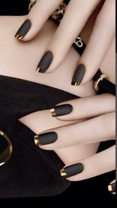 Wow, what beautiful nails Matt black nail polish with golden tip – # finger nail # nail polish Gold Tip Nails, Matte Nails, Acrylic Nails Almond Glitter, Glittery Nails, Bling Nails, Silver Glitter, Black Nail Polish, Black Nail Art, Black Nails With Gold