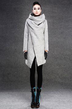 Mit viel Wärme und Komfort bietet das moderne Wolle grauen Mantel eine Menge pizazz und komfortabel mit dem funky asymmetrische Front-Reißverschluss. Der große Wasserfall-Ausschnitt Kragen ist...