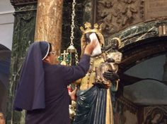 pulizia della statua #MadonnaNera di #Oropa #BlackMadonna