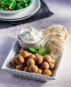 Μικρά κεφτεδάκια φάβας µε σάλτσα ταχινιού και αραβικές πιτούλες!