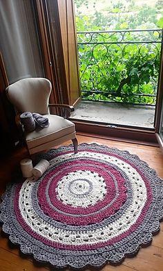Alfombra de trapillo, 1.2m de diametro modelo clásico crochet. Crochet Sampler Afghan Pattern, Crochet Doily Rug, Crochet Rug Patterns, Crochet Carpet, Crochet Diy, Crochet Home Decor, Crochet Round, Crochet Flowers, Crochet Hooks
