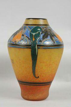 André Delatte (1887-1953) - Vase en verre marmoréen jauni émaillé polychrome et or d'une frise à décor de trois perruches sur fond bleu. Signé Delatte Nancy. H:31 cm.
