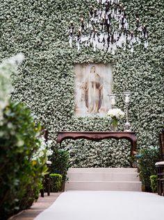 Cerimônia de casamento - Altar decorado com muro de mosquitinhos e imagem religiosa - Estilo contemporâneo ( Decoração: Disegno Ambientes | Foto: Fernanda Scott )