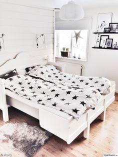 säng,sänggavel,sängkläder,sovrum,kökssoffa,kökssoffa vitt lantligt,renfäll,hylla,ramar,tavla,tavlor,lärk,lärkträ