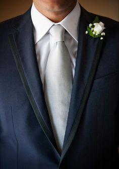 Abito sposo , cravatta , pochette , camicia,fiore all'occhiello #Wedding #Details #Groom #Tie #Smoking