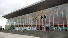 La fachada del CC Miguel Delibes, imponente, anuncia la Bienal
