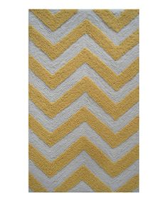 Indulge in trendsetting interiors with this modern rug. Boasting a chic pattern and easy-to-wash construction, it's a keystone of the contemporary design scheme.