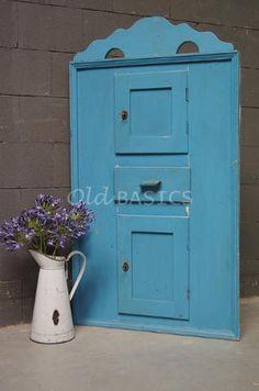 Brocante kastje met een frisblauwe kleur. Het kastje is in een hoek van de kamer te plaatsen. De kleine deurtjes en de opvallende koof geven het kastje een speels karakter.