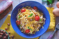 La pasta con calamari e tuorlo sodo è un primo piatto di bavette insaporite con calamari, pomodorini, nocciole e briciole di tuorlo sodo