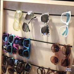 Dotychczas okulary trzymałam w pudełkach i nigdy nawet do nich porządnie nie zaglądałam a bardzo chciałam mieć pod je ręką gdyby naszła mnie ochota na zmianę. Postanowiłam więc, że zrobię sobie sto…