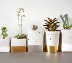 Glamorous Gold and Silver Leaf Planters Gardenista Macetas! Diys, Beton Design, Beton Diy, Do It Yourself Inspiration, Concrete Planters, Succulent Planters, Diy Concrete, Diy Planters, Ceramic Planters