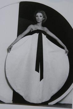 New Fashion Photography Pierre Cardin 15 Ideas Fashion 60s, Over 60 Fashion, Fashion History, Vintage Fashion, Gothic Fashion, Pierre Cardin, Patti Hansen, Op Art, Lauren Hutton